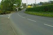Yr A482 wrth ymyl Maes-y-tren yn edrych tua'r de-ddwyrain at y gyffordd â'r B4342